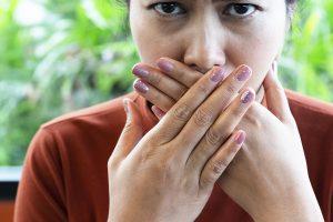 Неприятный запах изо рта - причины, симптомы, лечение | «36.6»